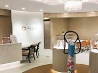 https://iishuusyoku.com/image/オフィスのエントランス。明るいエントランスには、同社の製品群が並びます。