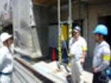 https://iishuusyoku.com/image/職人さんへの作業指示風景。安全な作業を行ってもらうためにも、意志の疎通は大事なんです。