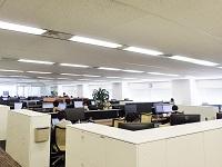 データと向き合う集中力を求められる仕事ですが、眺望の良いオフィスで休憩スペースもゆったりしているのでリフレッシュできます。