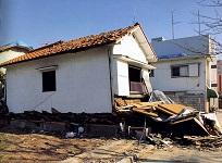 https://iishuusyoku.com/image/阪神・淡路大震災で倒壊した木造家屋。A社の耐震補強部材を使用すれば、このような被害も未然に防げます。