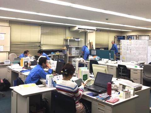 社内は落ち着いた環境ながら随所で打ち合わせが行われております。周囲とのコミュニケーションも取りやすく、業務しやすい環境です。