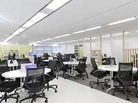 https://iishuusyoku.com/image/本社研修施設には、トレーナーが常駐。資格試験対策をしたり、技術的な調べものをしたり、週1回の懇親会もここで開催しています!