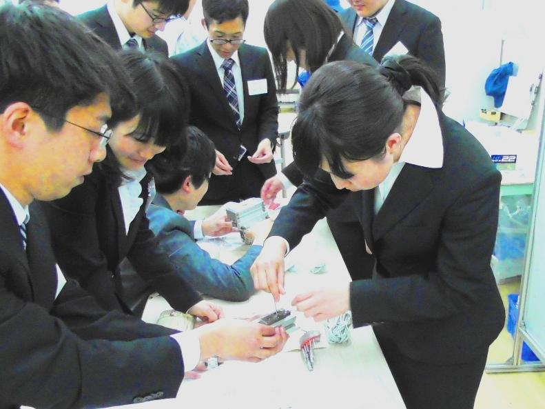http://iishuusyoku.com/image/工場での研修では、実際に製品を触り、どんな製品を手がけているのかなどを学ぶことができます。