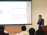 https://iishuusyoku.com/image/ホテルのITセミナーなどに講師として招かれる社長。数学者である秋山仁教授の鞄持ちを学生時代に経験したエピソードも好評です。