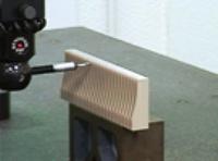 1本の刃で1mmよりも小さい0.3ミクロンの穴を削りだす!この技術ができるのは同社だけ!