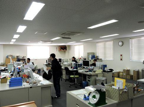 土日祝休みで年間休日120日以上!残業は20時には本社の電気が消灯するため、遅くともそれまでには退社しているそう。比較的自由度が高くメリハリある職場で働きやすい環境です。