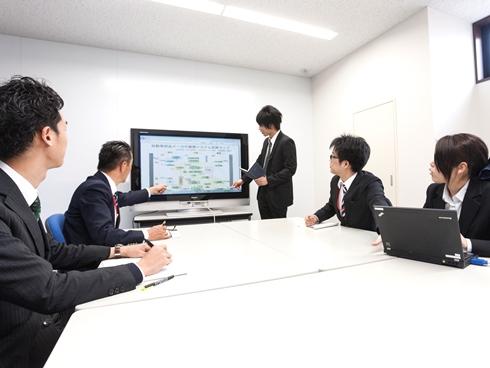 https://iishuusyoku.com/image/「受注から納品まで」全て自社内で一貫体制をとっているのが同社の強み。そのため裁量が大きく、川上から川下までの業務に関わることができることがK社の特徴です。