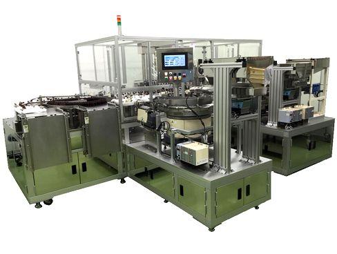https://iishuusyoku.com/image/瓶で使った容器に対応した、分注から質量測定、中栓供給、キャップ供給、キャッパーまでの一貫生産ライン。