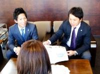 https://iishuusyoku.com/image/企業訪問など、アクティブに仕事する先輩!イキイキとした表情がかっこいいですね!