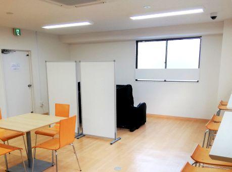 https://iishuusyoku.com/image/リフレッシュした状態で仕事に臨めるようにと、休憩室にはマッサージチェアが。また、お茶・水・ジュースなどが飲み放題。お菓子も無料で食べれますよ♪