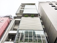 9階建ての自社ビル。最寄り駅からすぐ、銀座エリアからも徒歩圏内で通勤も便利です。