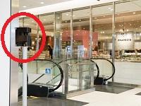 ファッションビル内に設置された赤外光レーザーセンサー。軌跡表示やヒートマップなどの画面で日々仮説を検証します。