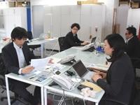 https://iishuusyoku.com/image/アドレスフリーのオフィス。部署や役職はありません。プロジェクトに合わせて、好きな席で自由に仕事ができます!