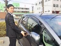 https://iishuusyoku.com/image/1人1台の社用車を支給。サンプルを持って、今から担当のお客様を訪問します!