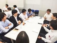 https://iishuusyoku.com/image/社員全員が集まるキックオフでは、グループディスカッションも。楽しく和やかにアイデアを出し合います。