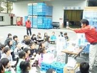 https://iishuusyoku.com/image/近隣の小学生を対象に工場見学を実施。製品が出来るまでの流れを出来るだけ分かりやすいように見本を見せながら説明しています。