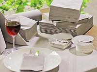 華やかな食卓を演出する、テーブルウェア。各店舗のブランドイメージをナプキンやコースターで印象づけます。