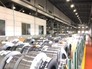 http://iishuusyoku.com/image/帯鋼はロール状に巻かれた状態で重さ10t~15t程のものが入荷されてきます。顧客のオーダーに合わせ、重さは数百kg~数トン程度に切断・加工されて出荷されます。