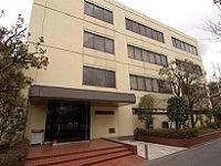 最寄駅から会社までは徒歩5分。本社の3階が技術部のフロアで、1階が品質管理、2階が総務や経理になっています。