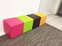 社内にはカラフルなソファが並びます!ポップなカラーは元気になりますね!