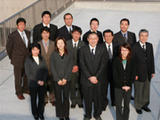 https://iishuusyoku.com/image/全員がそれぞれの仕事シーンで「主役」を努める社員のみなさん、新社屋の屋上で集合!