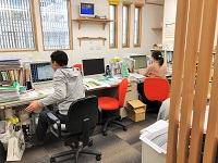 http://iishuusyoku.com/image/木の温もりを感じるオフィス空間。社内はアットホーム。全員がアイデアを出し合う会社です。