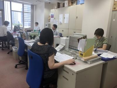 https://iishuusyoku.com/image/写真は本社のオフィスの様子です。穏やかで落ち着いた社風のもとで、あなたも働いてみませんか?