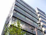 東京支店の外観です。複数路線の駅から近く、通勤にもとても便利です。ビル1階にスターバックスもありますので、コーヒーブレイクもとりやすい環境ですよ☆