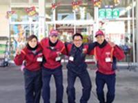 https://iishuusyoku.com/image/社員の平均年齢は43歳。落ち着いた社風ですが、もちろん若い社員の方々もがんばっています!特にサービスステーションは20代・30代の社員が中心となっています。