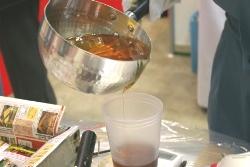 https://iishuusyoku.com/image/展示会での実演です。この特殊樹脂をカップに注いで、ミキサーでよく混ぜていきます!