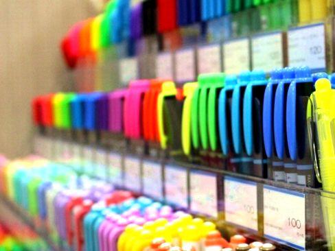 膨大な商品群を扱っているだけに、提案の幅が非常に広いのが強みの1つ。グループネットワークを活用し、全国の文具小売店での販促をサポートしています。