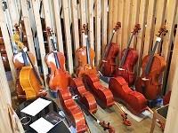 バイオリン、ビオラ、チェロ、コントラバスなど。ずらっと並ぶ擦弦楽器(さつげんがっき)。