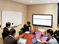 https://iishuusyoku.com/image/営業部のミーティング風景です。メンバーが集まり、次のお客様へのプレゼンテーションの意見を交換し合います。