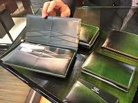https://iishuusyoku.com/image/日本の伝統工芸「漆塗り」とレザー加工技術の融合。職人が一つひとつ丁寧に革に塗り込んで作った日本が誇る逸品『漆 - URUSHI -』。
