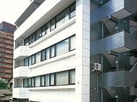 文京区にある、D社の自社ビル。駅からも近く、通勤も便利。