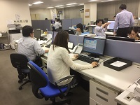 https://iishuusyoku.com/image/明るく活気のあるオフィス。営業支援課は6名体制。優しい先輩たちが丁寧に教えますので、未経験でも安心してくださいね♪