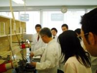 自社研究室にて、処方開発やサンプルの調合を行っています!