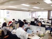 https://iishuusyoku.com/image/社内はフリーアドレス!プロジェクトや状況に合わせて必要な席で、すぐに相談ができる環境で仕事をすることができます。