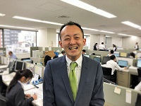 https://iishuusyoku.com/image/自然とコミュニケーションが生まれる活気のある社内!営業の先輩たちは、みんな明るい!