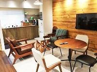 リフレッシュスペースでちょっと一息!木の温もりを感じる、下北沢らしいカフェのようなスペースですね!