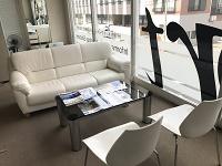 https://iishuusyoku.com/image/大きな窓からの日差しが明るく差し込む、綺麗で快適なオフィス!毎月の帰社日には皆でご飯を食べながら社内コミュニケーションを図っています。