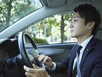 https://iishuusyoku.com/image/代理店となるペットショップを社用車で訪問。週に1回以上は顔を合わせ、ペットショップスタッフとの信頼関係を築いていきます。