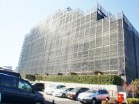 https://iishuusyoku.com/image/足場で囲まれたマンション、あなたも見たことありませんか?この囲いこそ、大規模修繕工事をしている目印です!