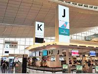 https://iishuusyoku.com/image/東京国際空港の出発カウンター。「K」や「J」などのアルファベットが光るサインにも、同社のLEDが採用されています!