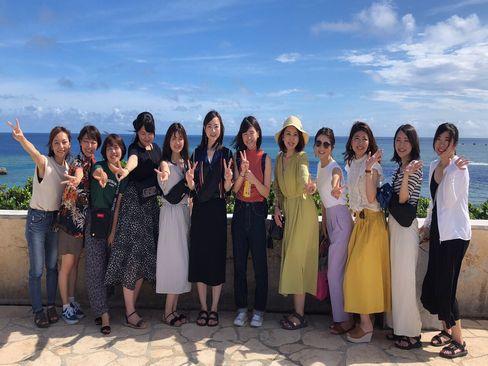 社員旅行(今年は宮古島)では全拠点の社員が集結し大盛り上り。女性メンバーでパシャリ!