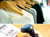 https://iishuusyoku.com/image/お店で洋服を手にとる前に必ず目にする「値札」にも。近年は、一瞬ですべての商品の値札をスキャンすることができる「ICタグ」の開発にも力を入れています。
