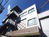勤務地となる大阪本社の外観です。3階立ての自社ビルで、皆さんのびのびとお仕事されています。