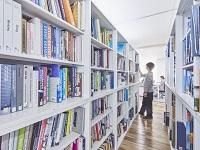 デザイン書が並ぶ社内図書室。同社では、各種広告賞獲得支援などキャリアサポート制度も充実しています。