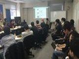 https://iishuusyoku.com/image/月1回程度実施される定例会の様子。全社員が集まってプロジェクトの進捗状況を報告したり、勉強会を開催しています。