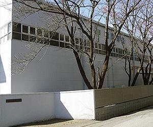 https://iishuusyoku.com/image/東京印刷工場の外観です。みなさんが小学生のころから長く使ってきた教科書や問題集を、最新鋭の機械・設備で印刷しています。